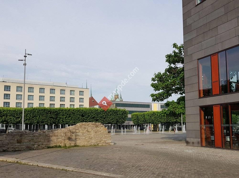 Theaterplatz und Stadtmauer